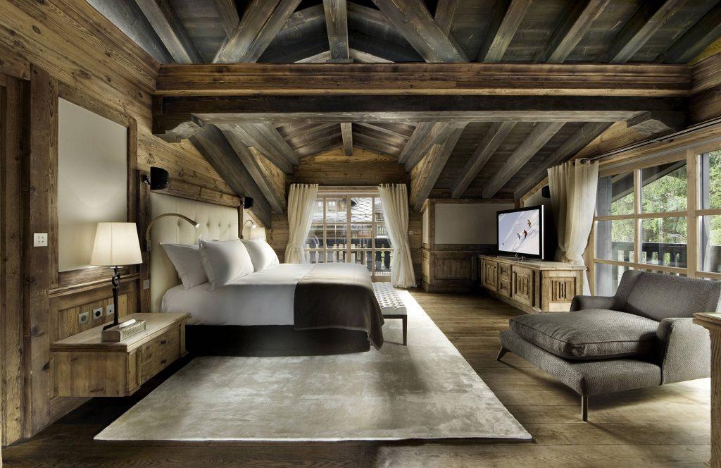 Серебристый ковер в спальне в стиле шале