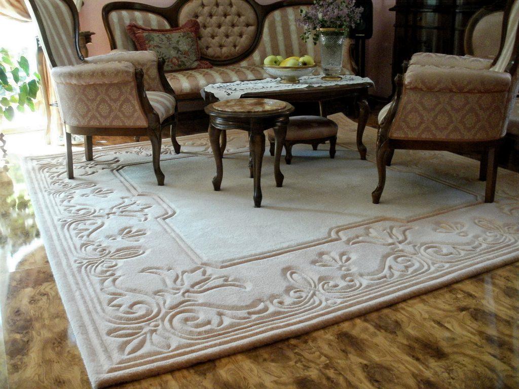 Рельефный ковер в классической гостиной