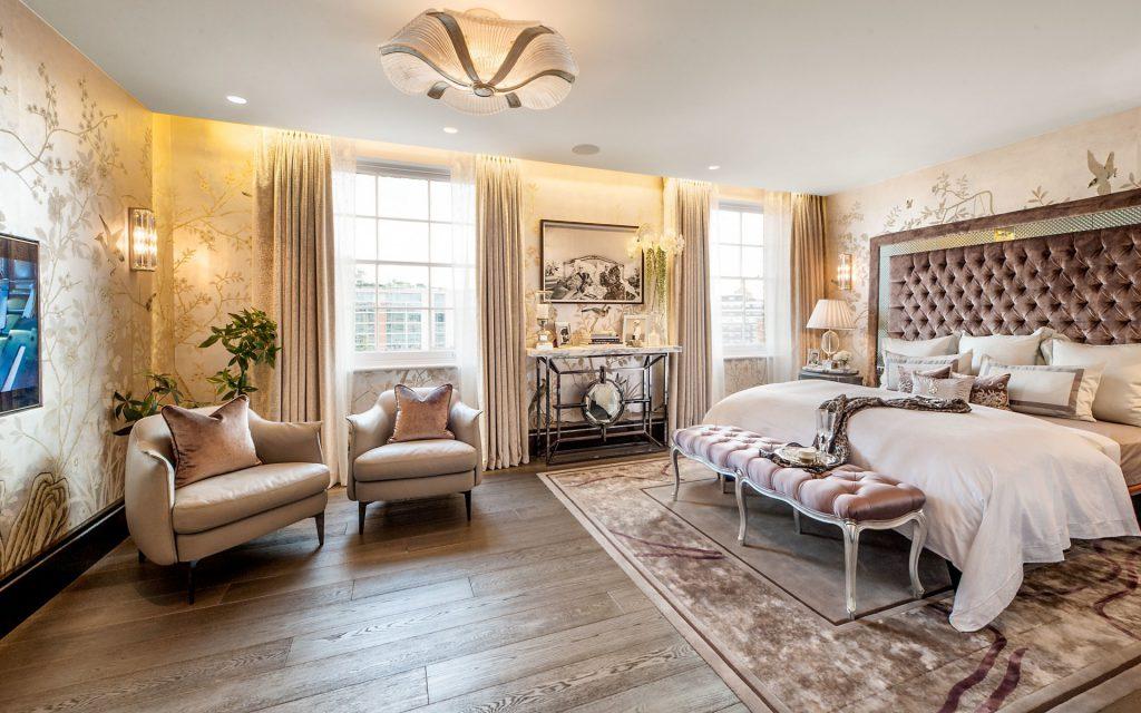Кремово-фиолетовый ковер в спальне в классическом стиле