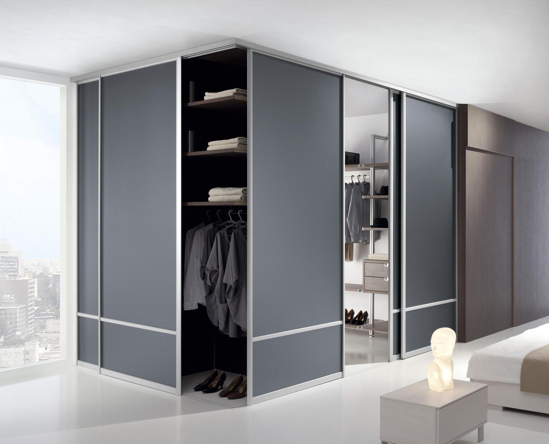Угловой шкаф купе в интерьере спальни