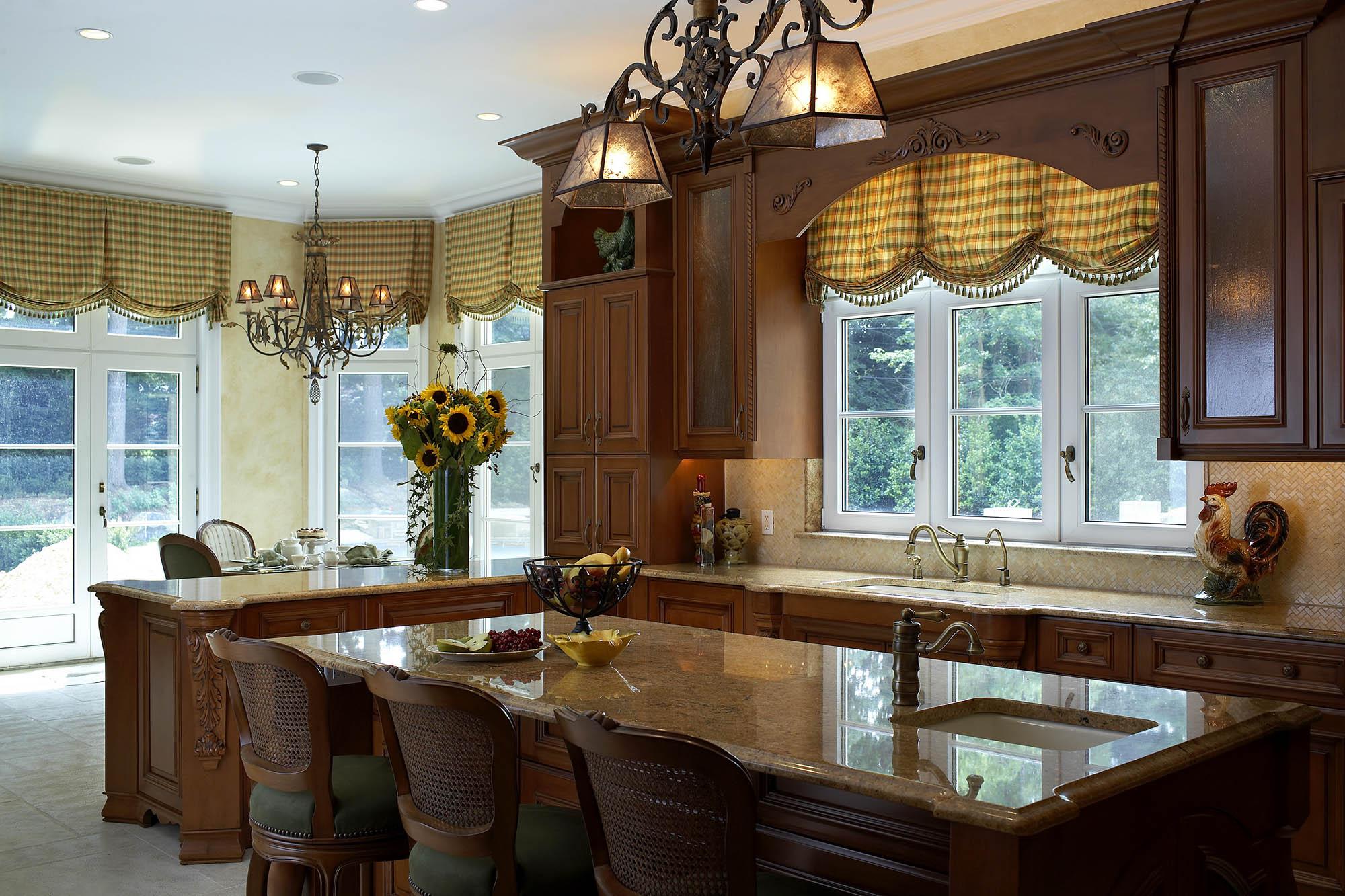 Красивая кованая люстра со стеклом для кухни