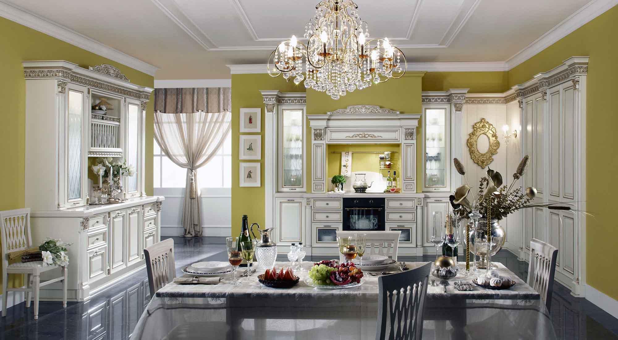 Большая люстра со стеклянными подвесками в классической бело-зеленой кухне