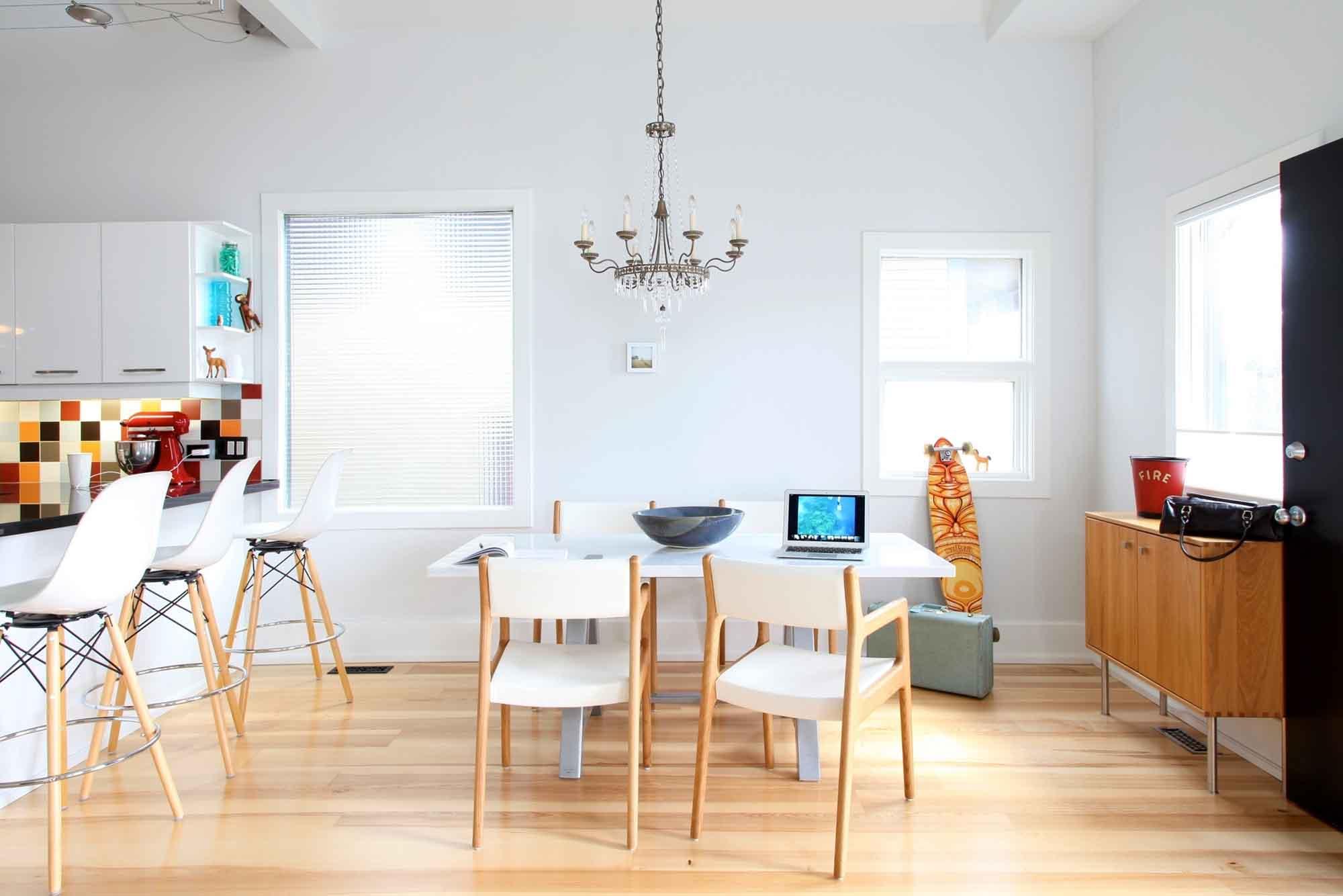 Классическая люстра в современной кухне