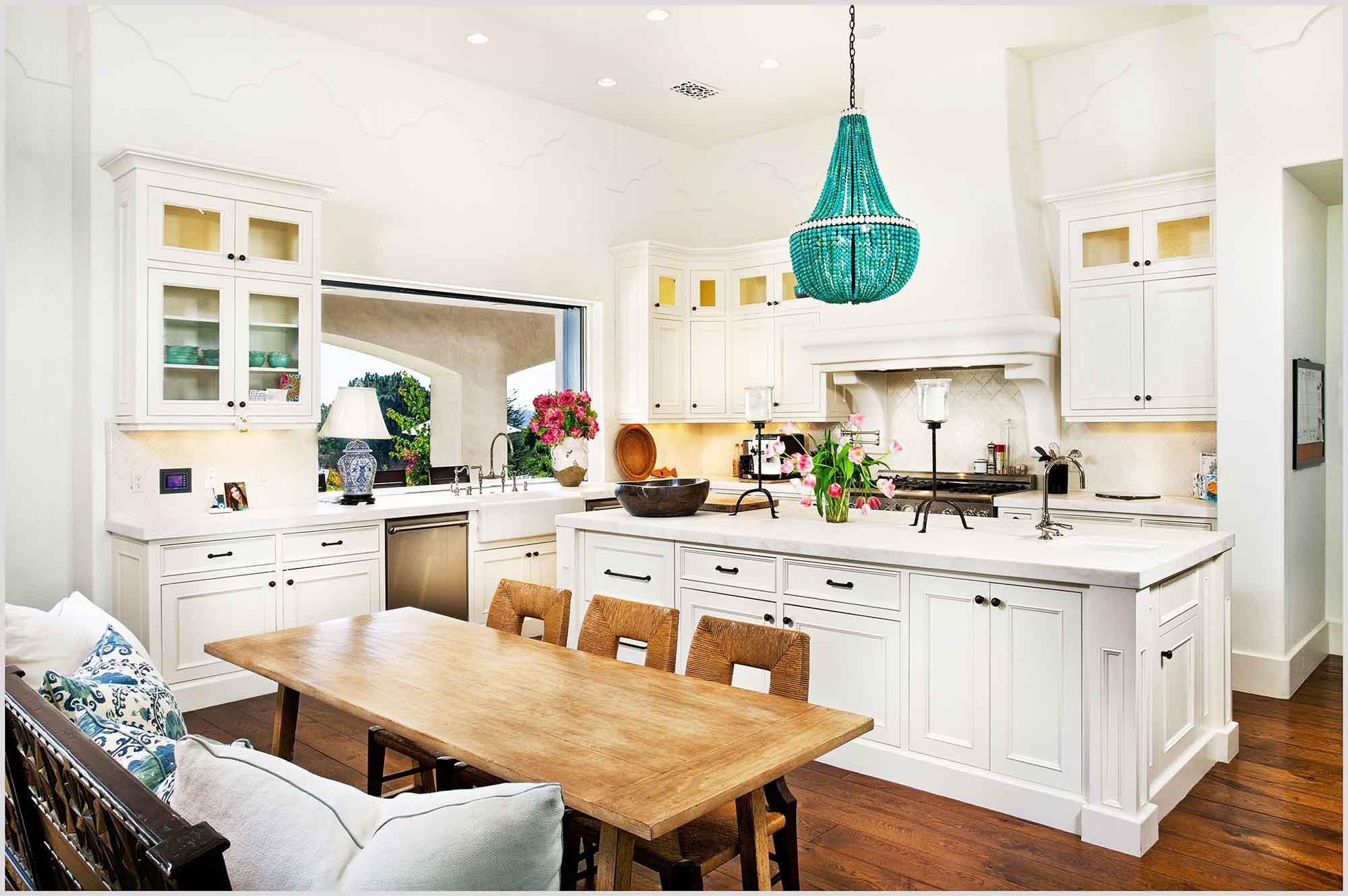Стеклянная изумрудная люстра на кухне в стиле прованс