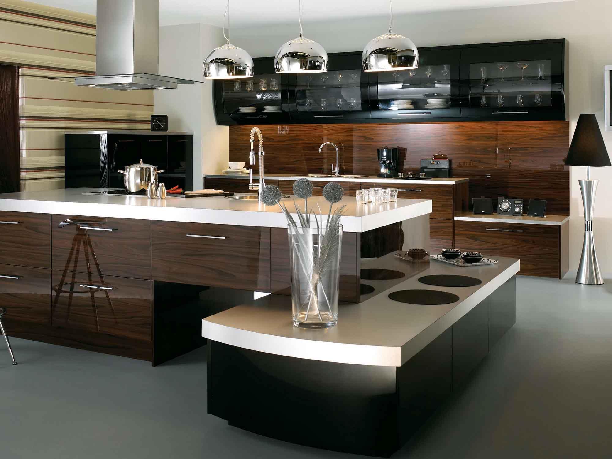 Металлические полукруглые лампы на кухне в стиле хай-тек