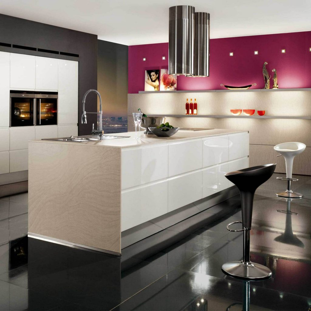 Красивая барная стойка на кухне с глянцевым торцом