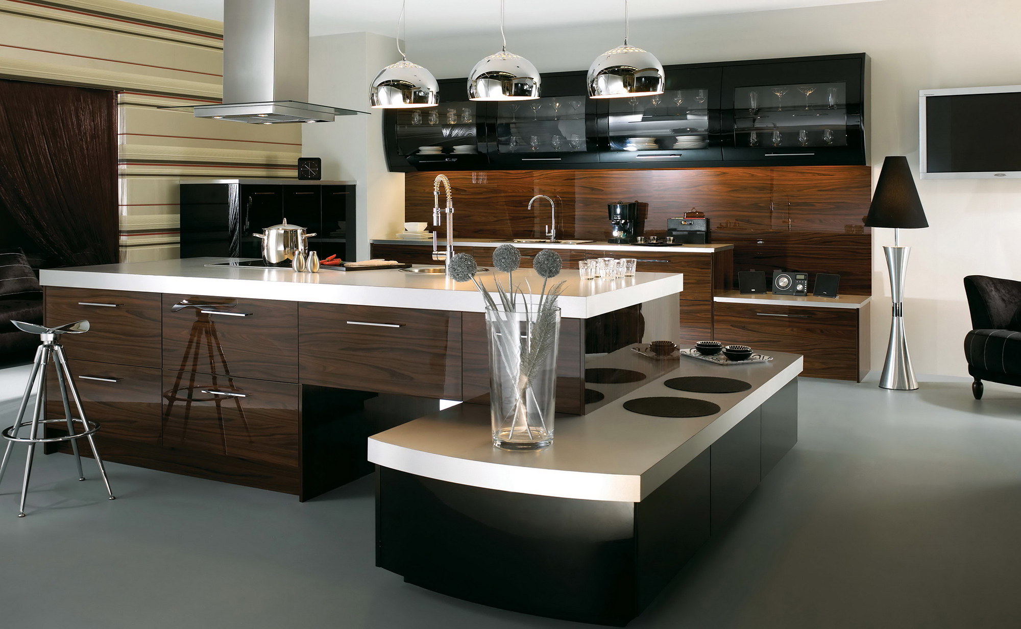 Металлические лампы на кухне в стиле хай-тек
