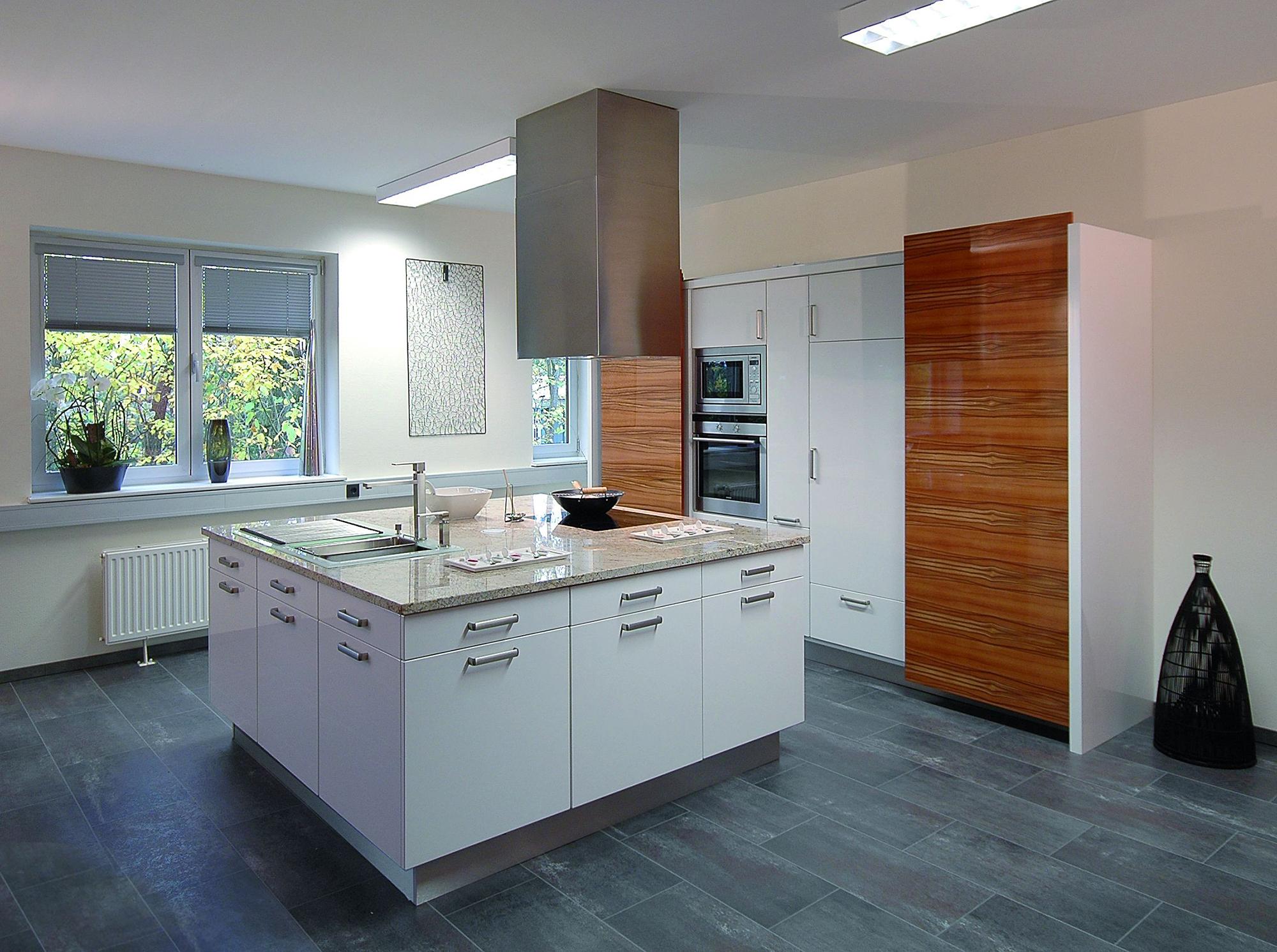 Окна с жалюзи на кухне в стиле хай-тек