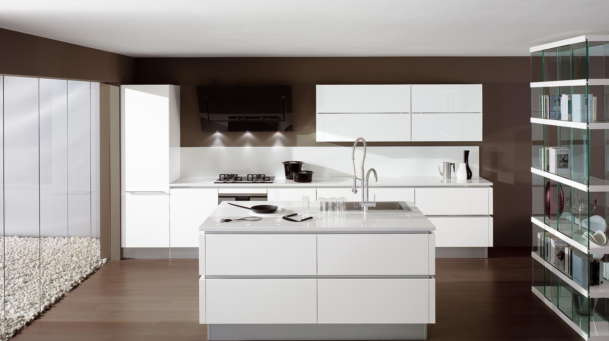 Кухня в стиле хай-тек с коричневыми стенами