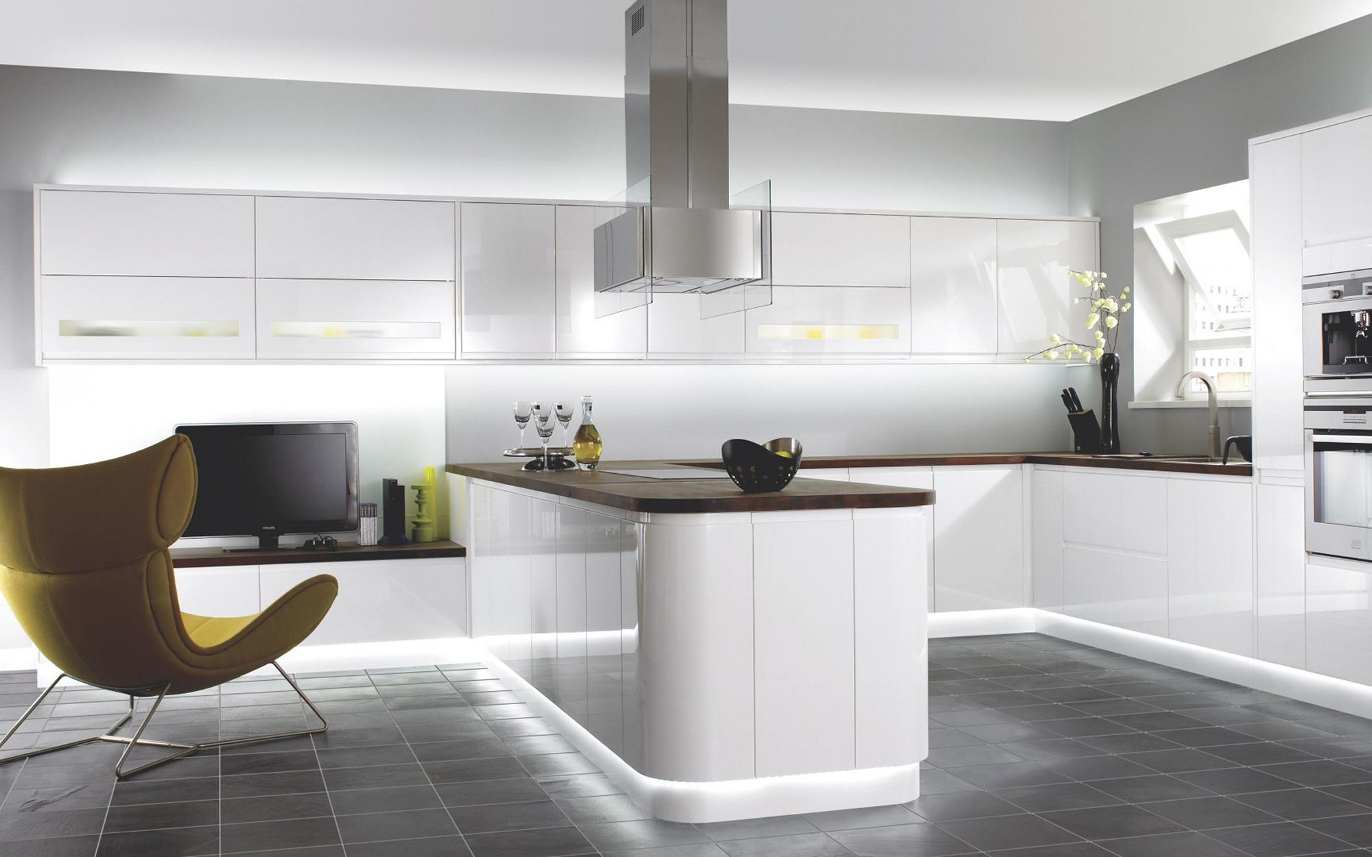 Белая кухня в стиле хай-тек с коричневой столешницей