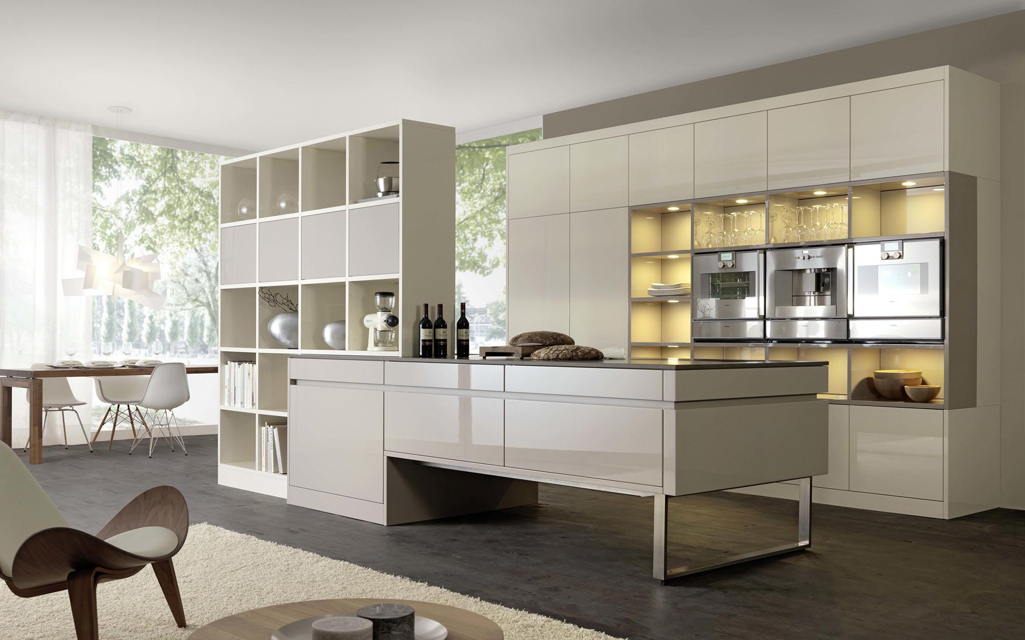 Глянцевая бежевая кухня в стиле хай-тек