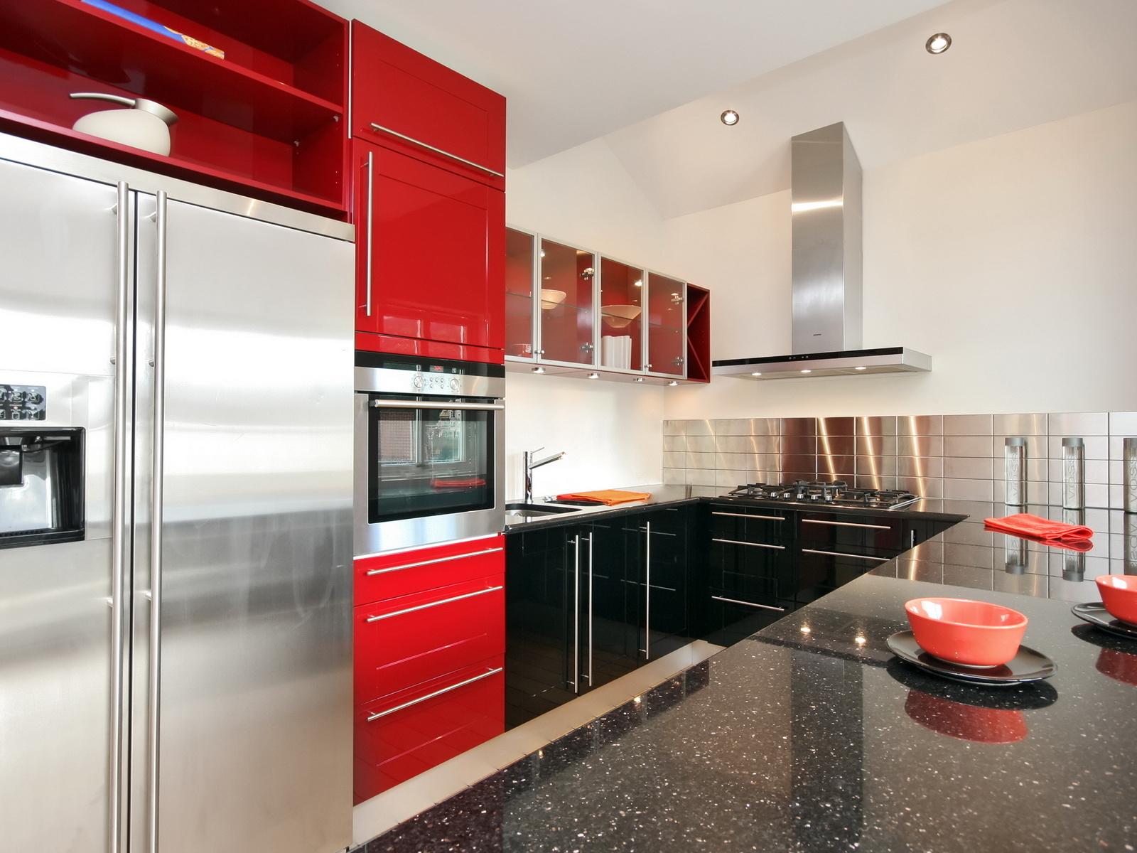 Белые стены и красно-черная кухня в стиле хай-тек