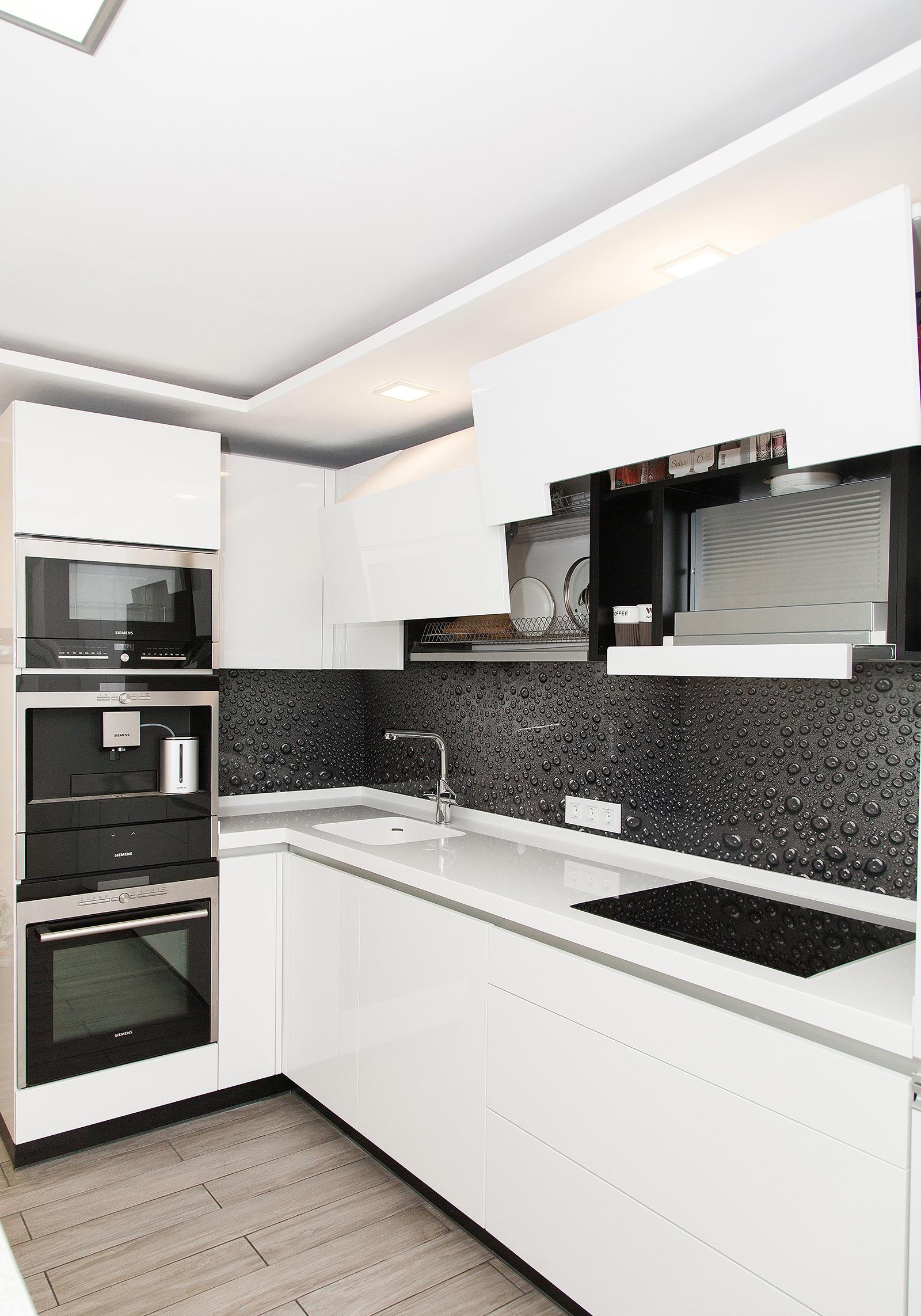 Черно-белая кухня в стиле хай-тек с красивым фартуком