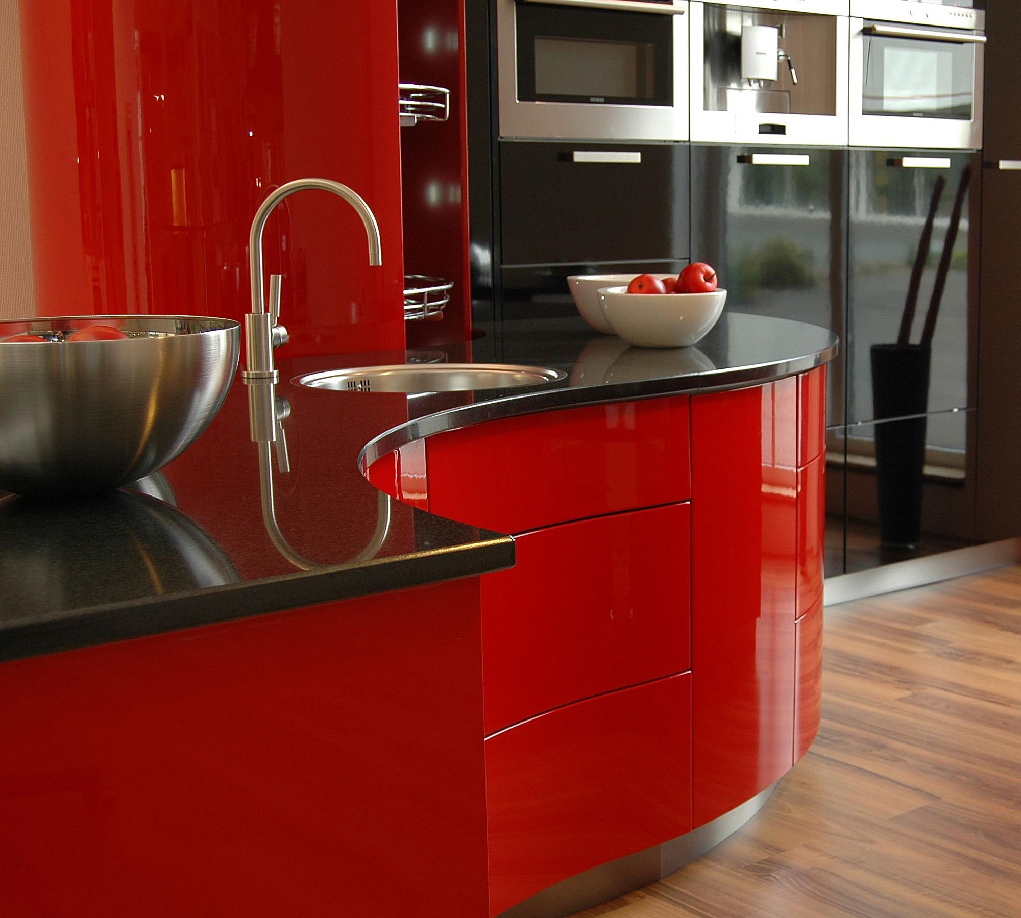 Красно-черная кухня в стиле хай-тек