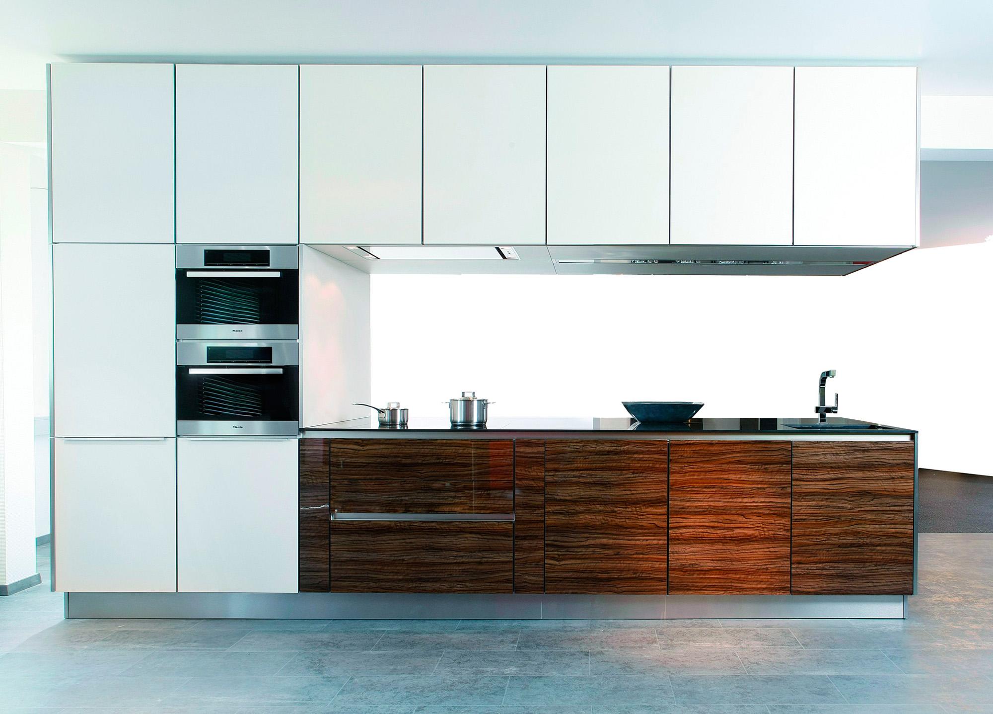 Коричнево-белая кухня в стиле хай-тек