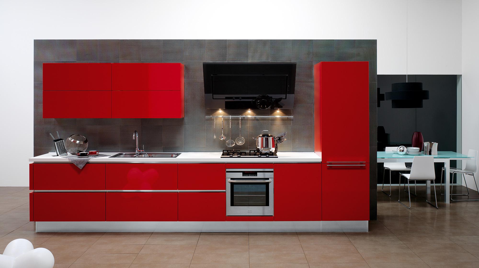 Небольшая красная кухня в стиле хай-тек