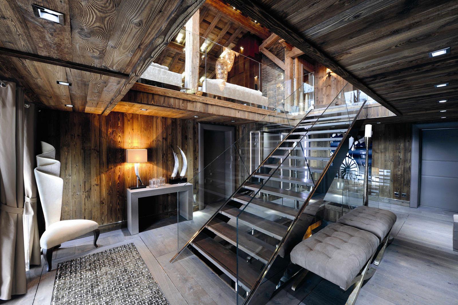 Лестница со стеклянными перилами в шале