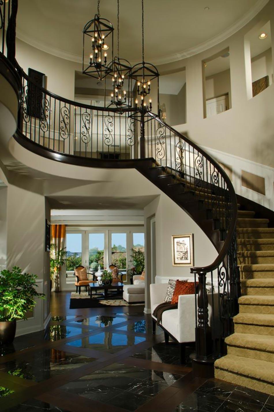 Прихожая в частном доме с лестницей