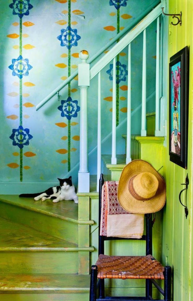 Зеленая лестница в интерьере