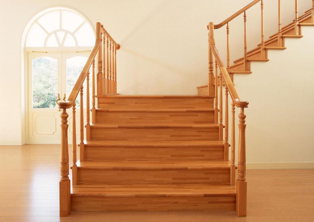 Светлая деревянная лестница в стиле кантри