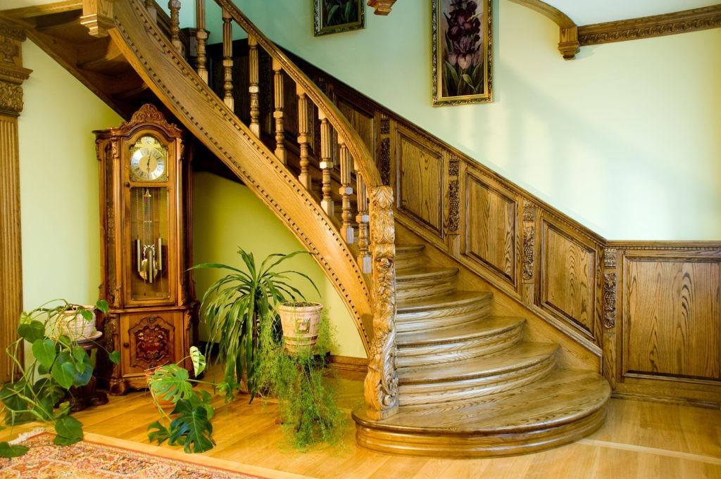 Красивая деревянная лестница