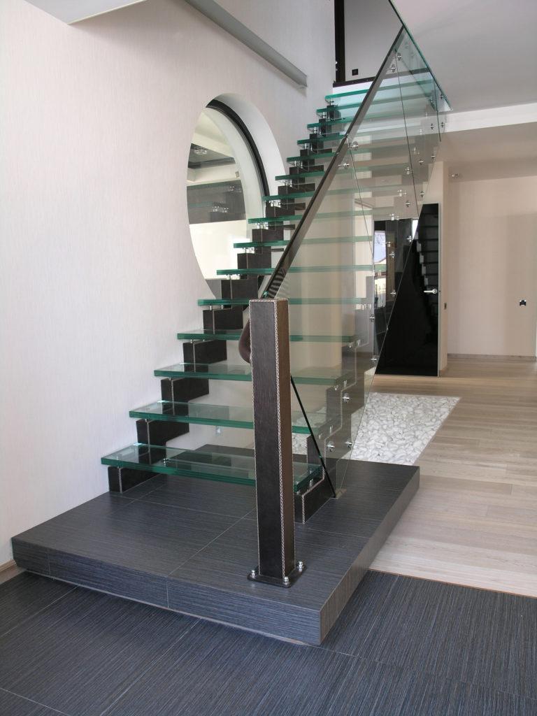 Стеклянная лестница перед окном
