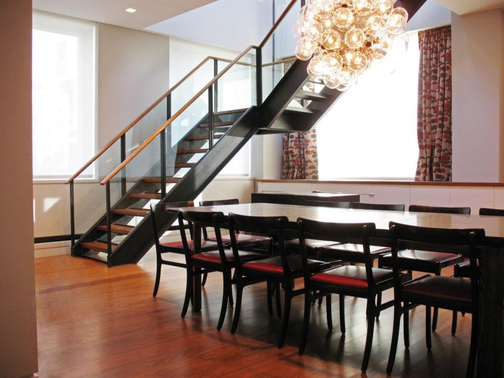 Металлическая лестница с деревянными элементами