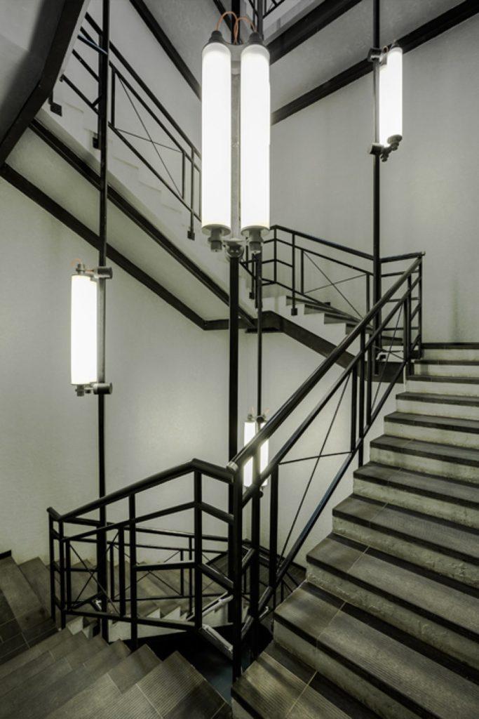 Металлическая лестница с необычным освещением