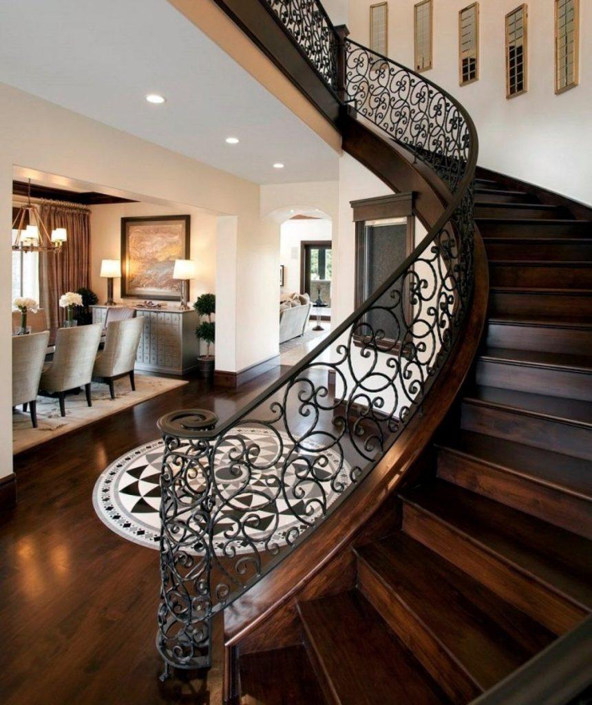 Поворотная деревянная лестница с коваными перилами