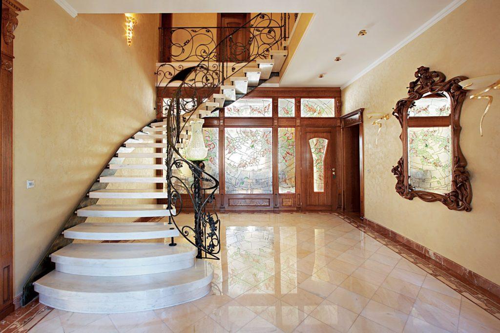 Каменная лестница с коваными перилами