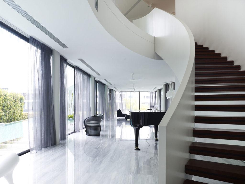 Лестница со сплошными белыми перилами