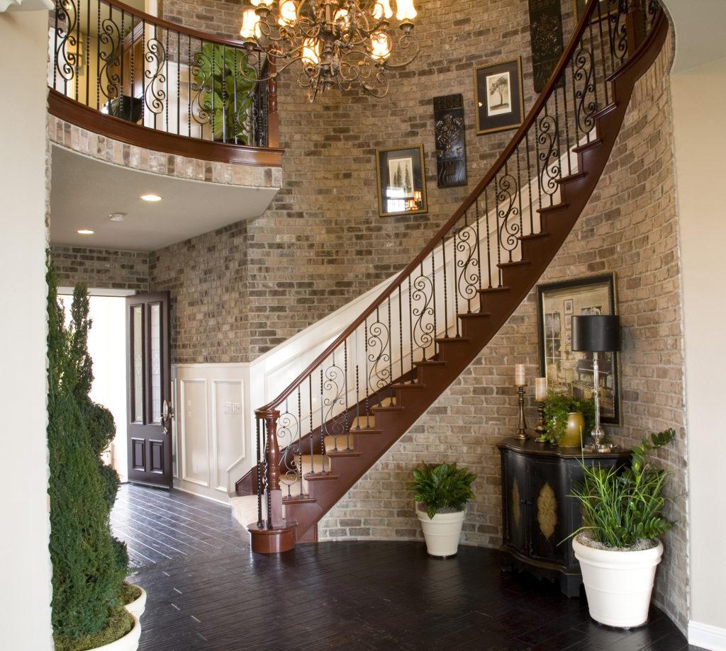 Лестница загородного дома с ковровым покрытием