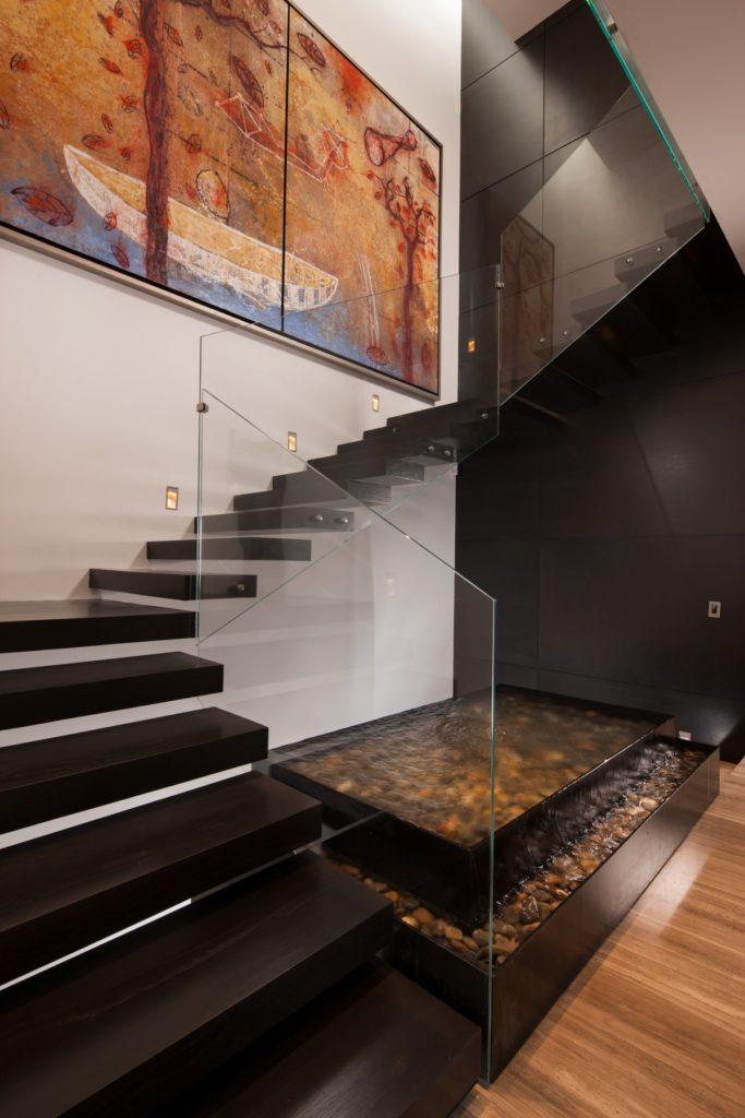 Черная лестница со стеклянными перилами