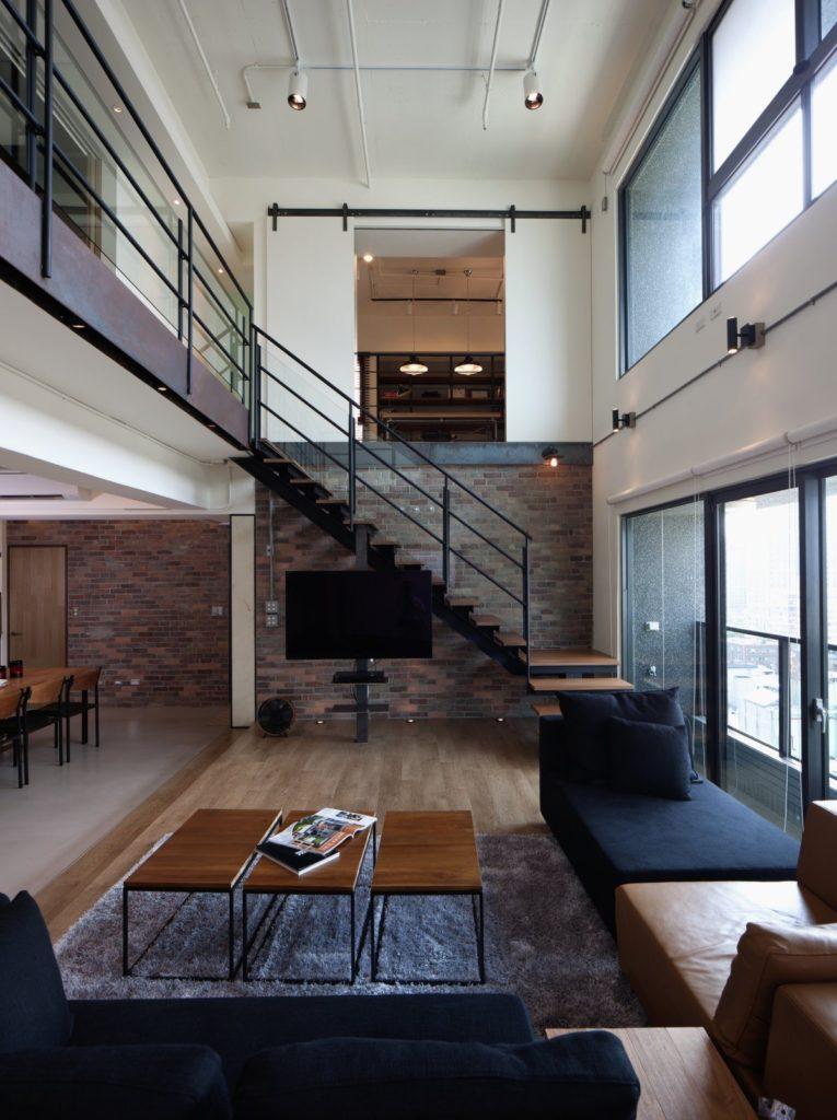 Металлическая черная лестница с деревянными ступенями