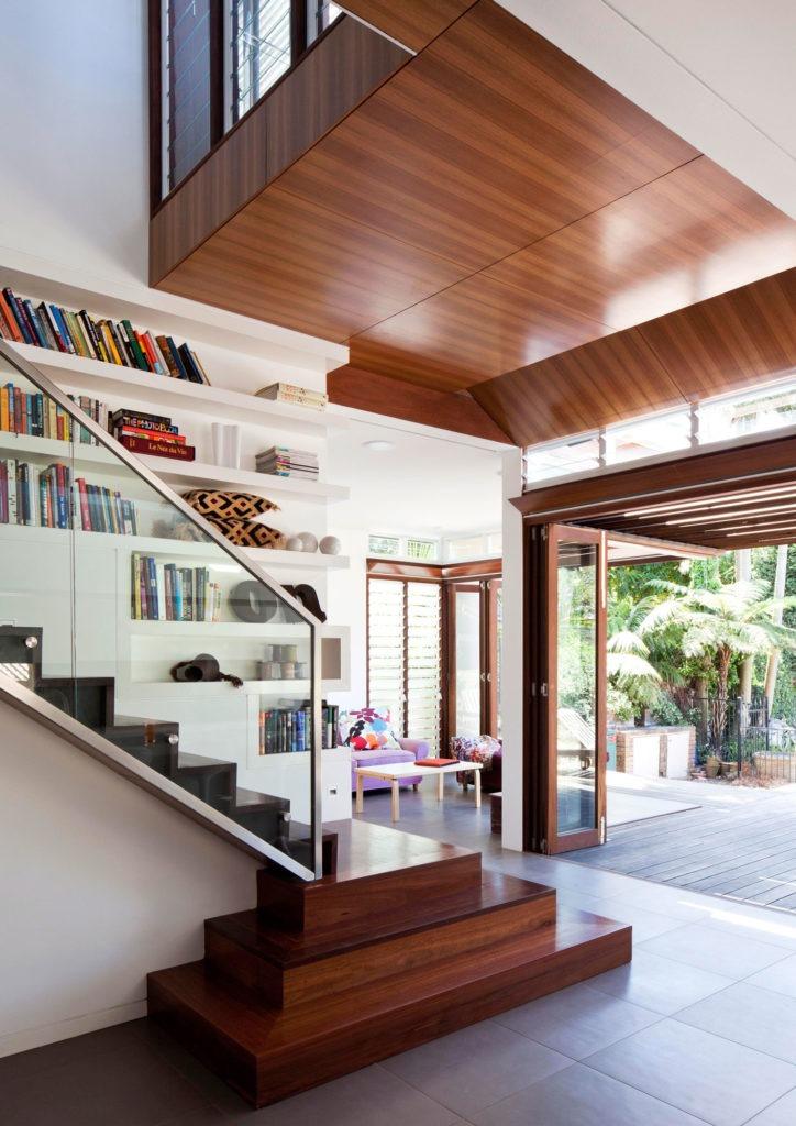 Деревянная коричневая лестница со стеклянными перилами