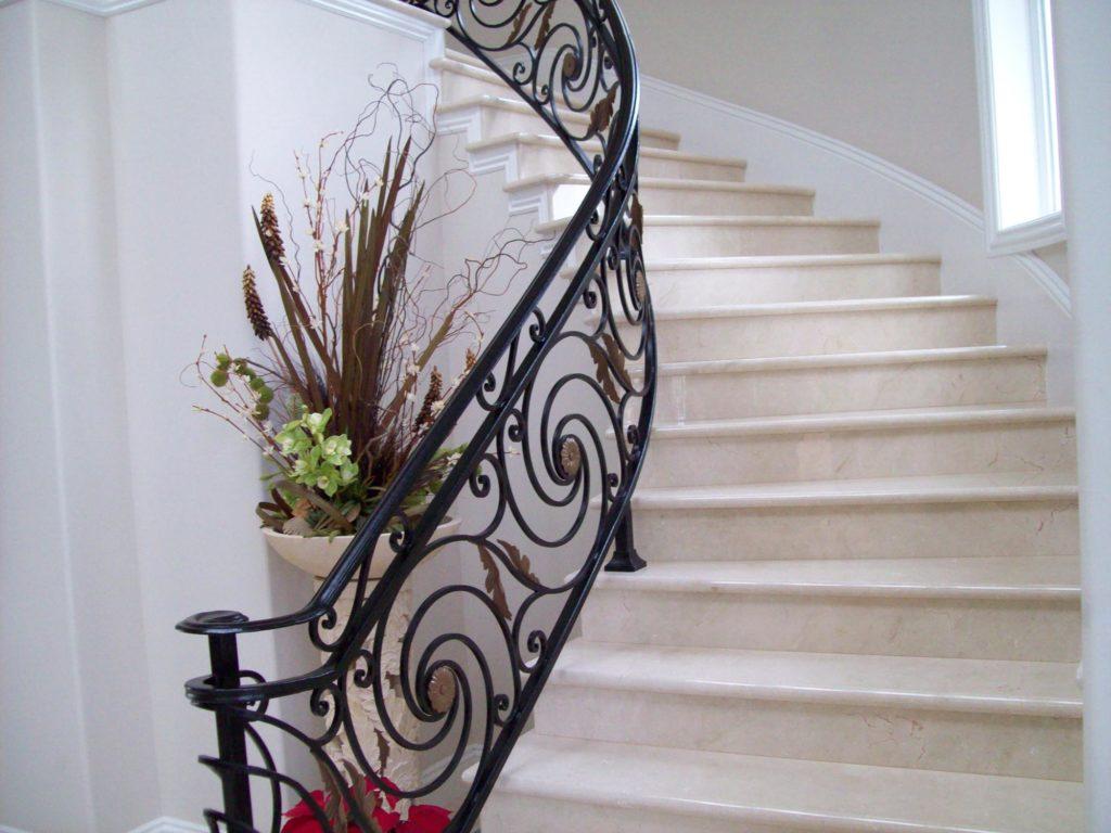 Классическая каменная лестница с коваными перилами
