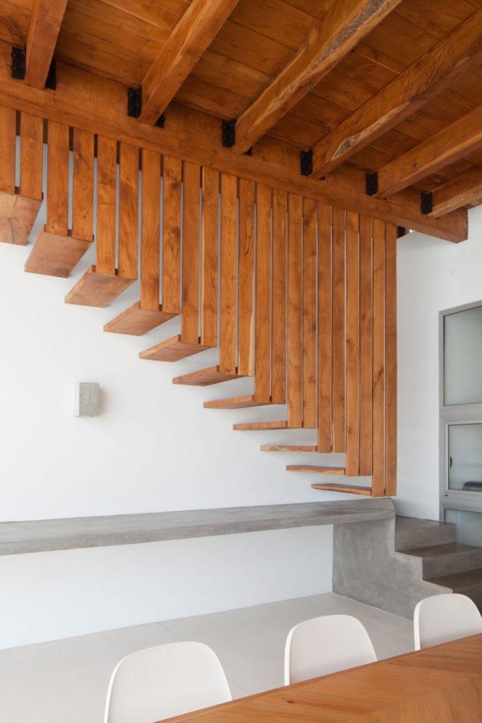 Необычная лестница из бетона и дерева
