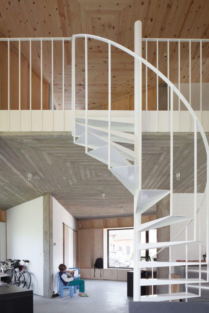Белая винтовая лестница в загородном доме