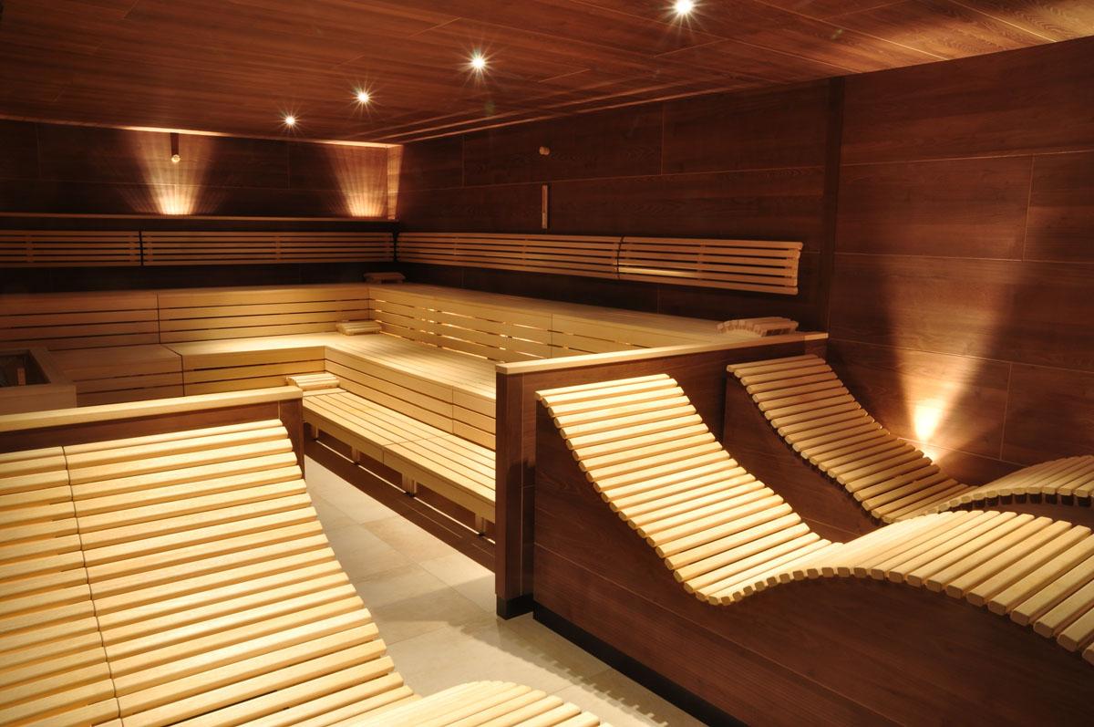 Интерьер бани с лежаком