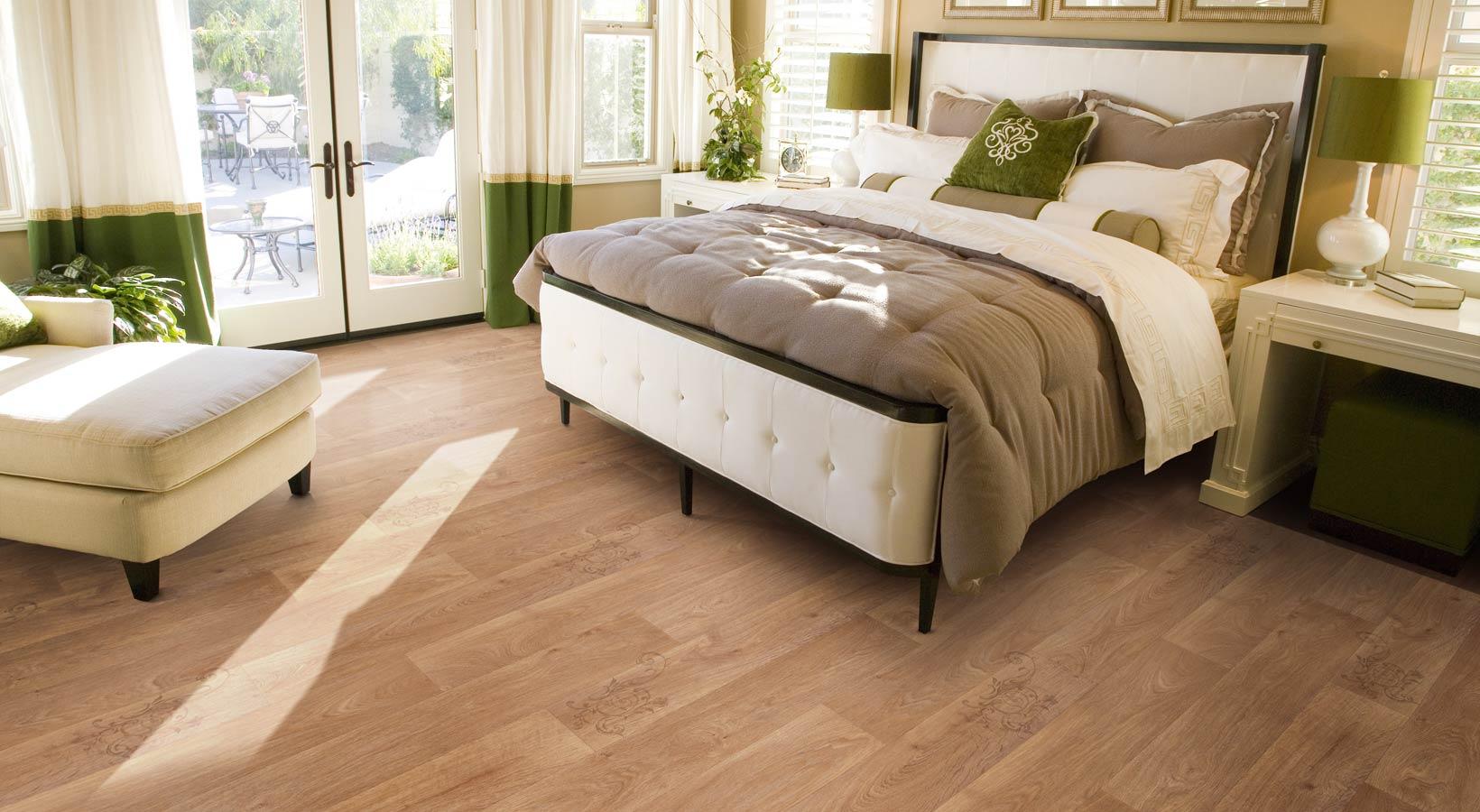 Линолеум под светло-коричневое дерево с узором в спальне