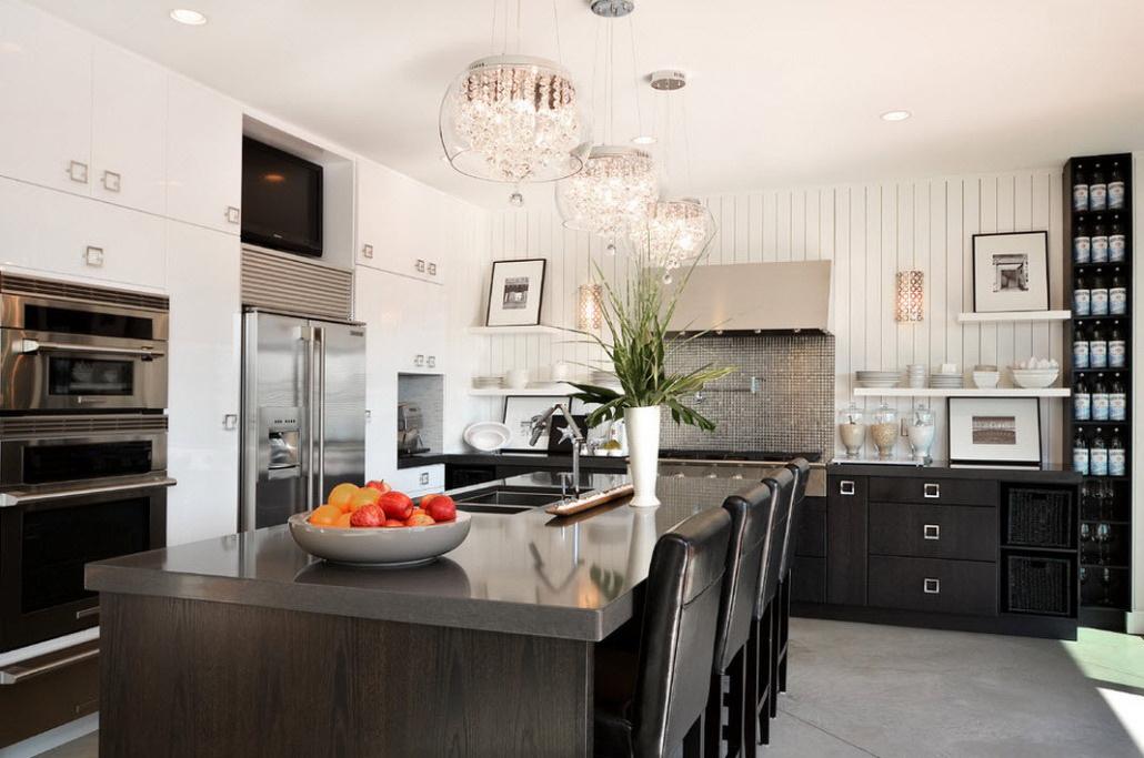 Современный интерьер кухни со стеклянной люстрой