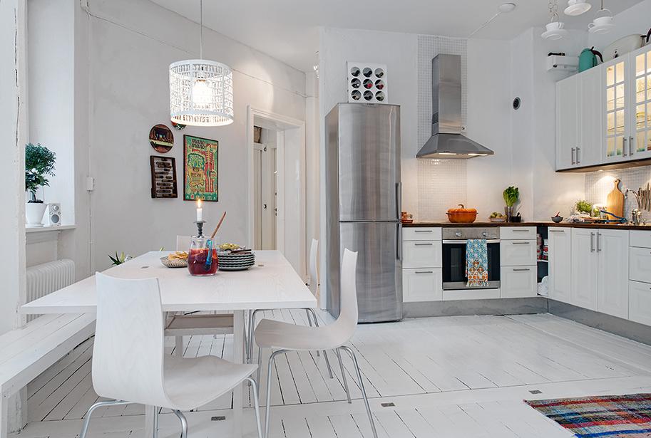 Резная белая люстра в интерьере кухни