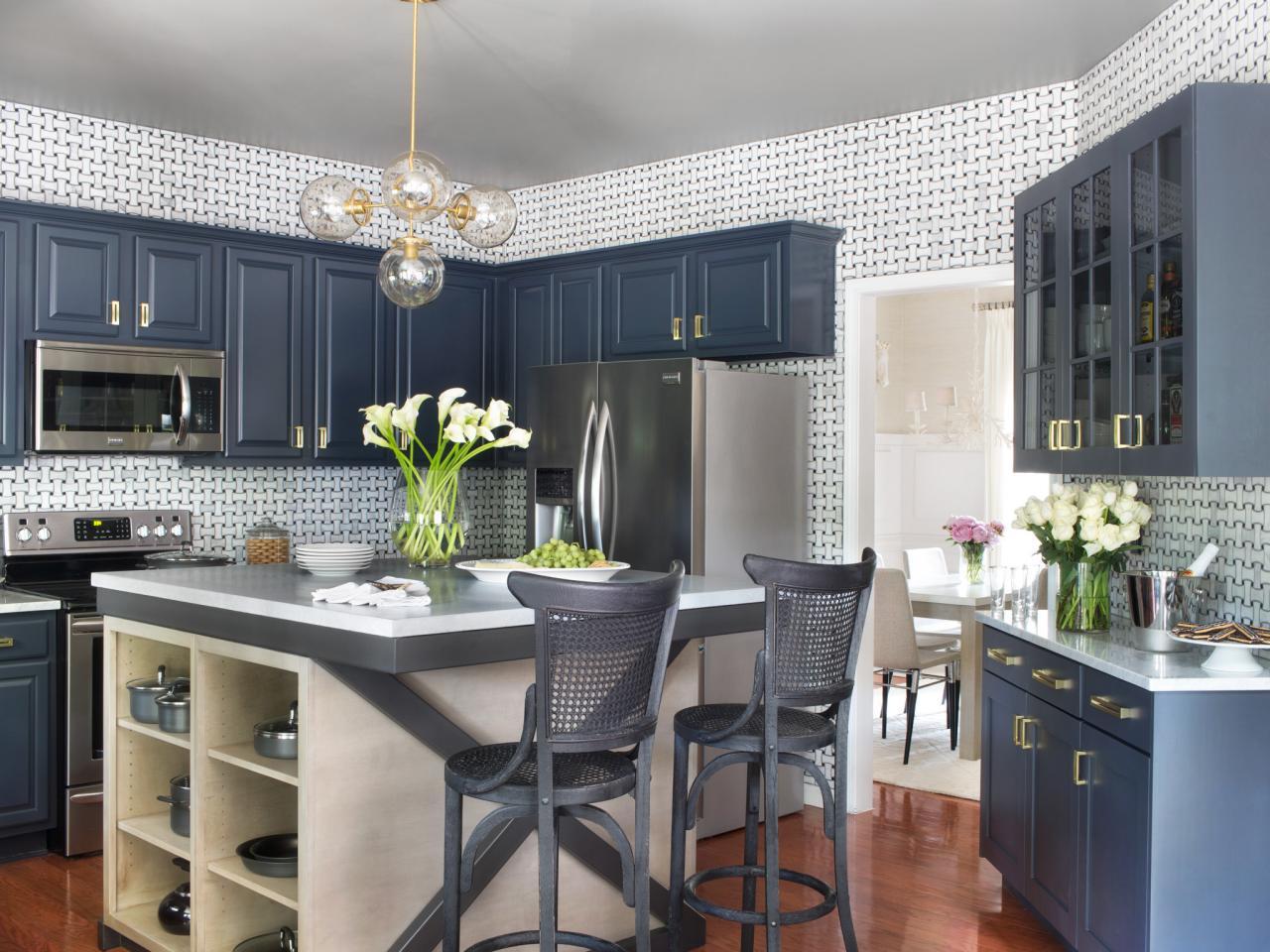Люстра с плафонами в интерьере кухни