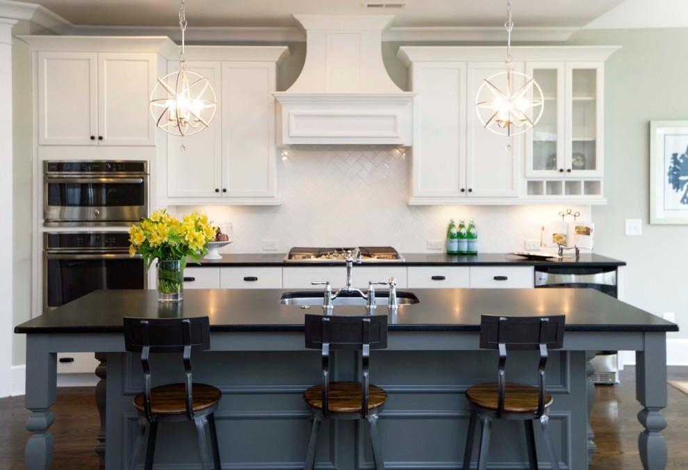 Две небольшие люстры в классическом кухонном интерьере