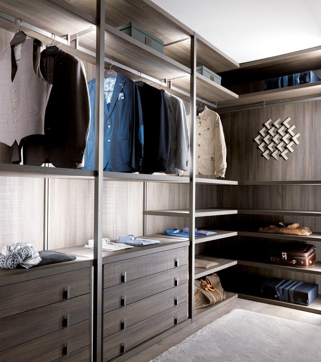 Угловой шкаф из массива в интерьере спальни