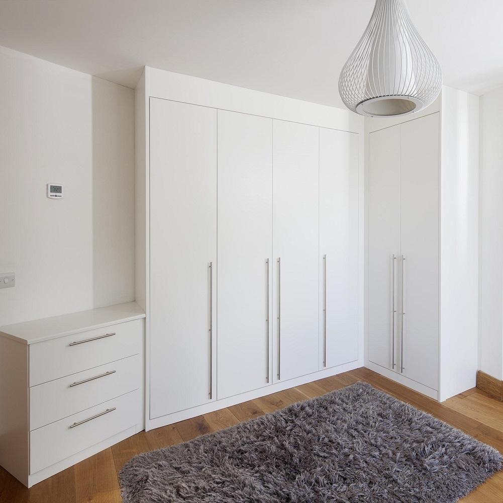 Угловой шкаф МДФ в интерьере спальни