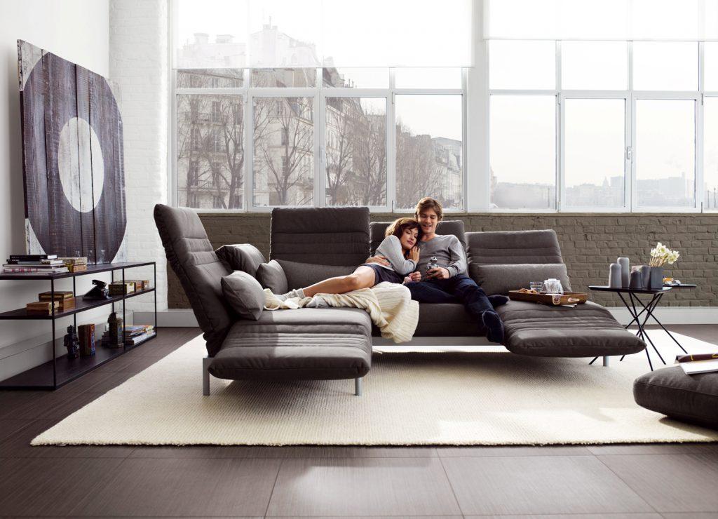 Большой диван-трансформер в гостиной