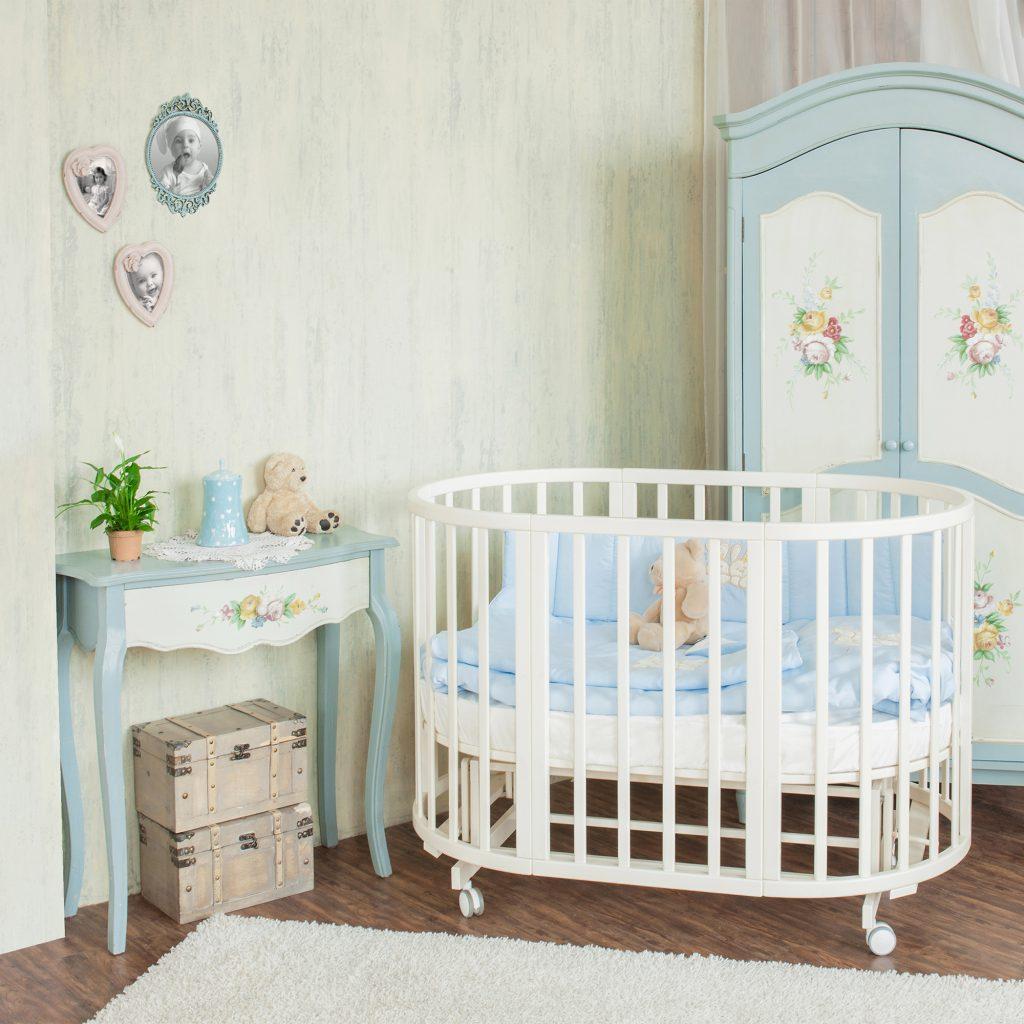 Детская маленькая белая кроватка-трансформер