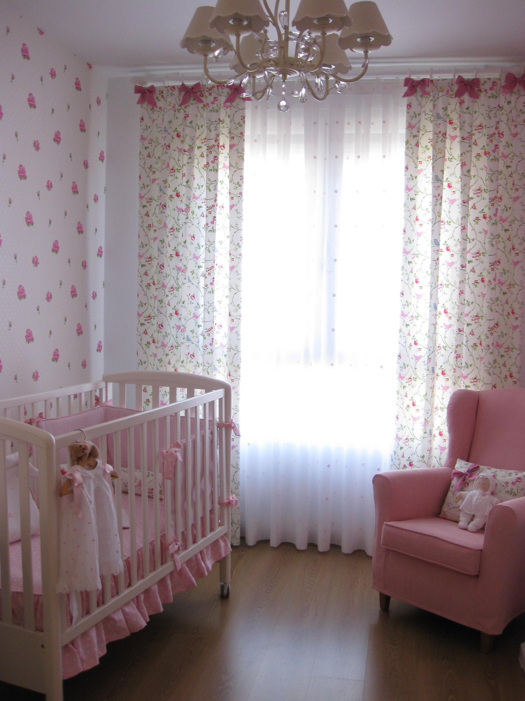 Дизайн штор для детской комнаты с мелким принтом