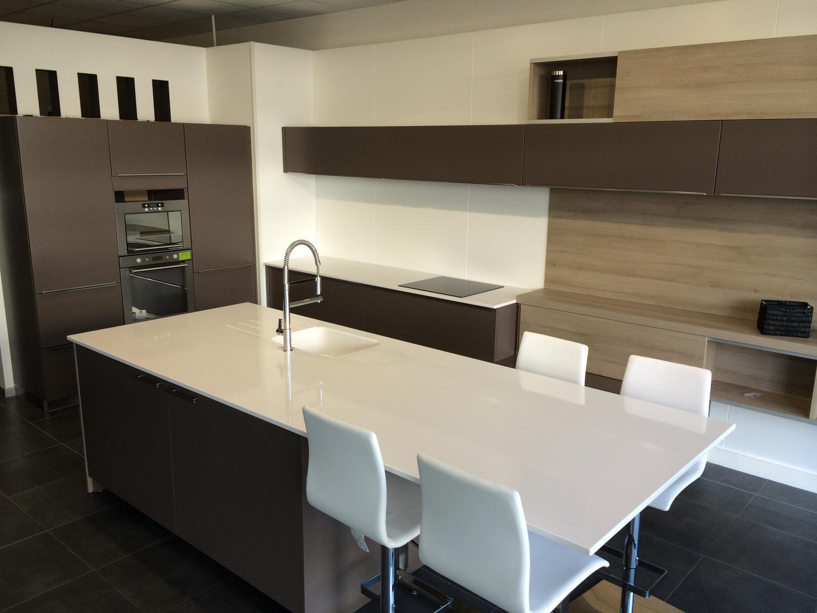 Дизайн кухни с барной стойкой в стиле минимализм
